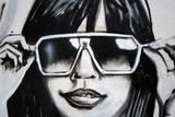 Fototapety graffiti moda. chica con gafas de sol