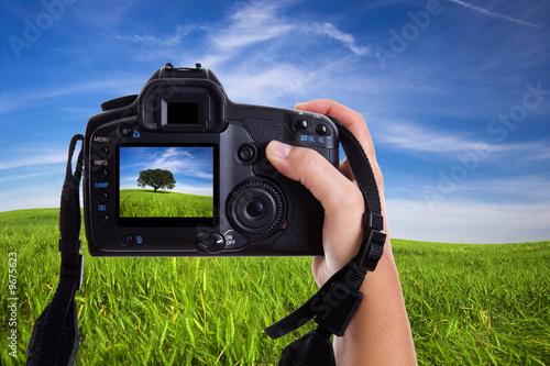Kobieta fotografuje krajobraz z cyfrową fotografii kamerą