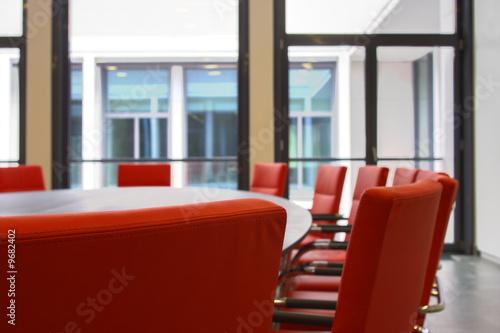 Konferenzraum mit roten Ledersesseln - 9682402