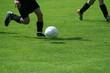 Fussballspieler läuft mit dem Ball