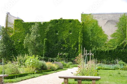 Petit jardin public avec murs couverts de lierre paris photo libre de droits sur la banque d - Petit jardin public nice ...