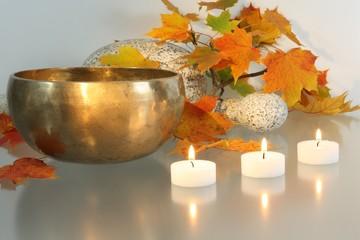 Arrangement mit Klangschale und Kerzen