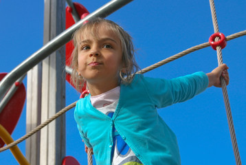 petite fille sur le portique de l'aire de jeux 4