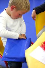 Un enfant ouvre ses cadeaux