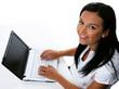 Laptop Junge Frau mit Computer in Sekretariat mit Computer