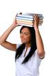 Junge Frau mit einem Bücherstapel am Kopf