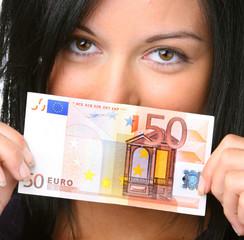 Teenager mit 50 Euro Geldschein