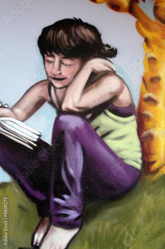 graffiti muchacha joven leyendo. cultura urbana