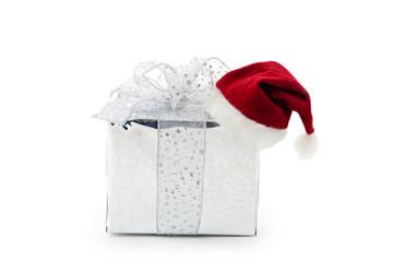ein geschenk mit einer weihnachtsmütze