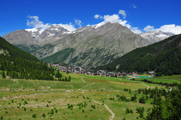 The swiss mountain resort of Saas Fee with Weissmies