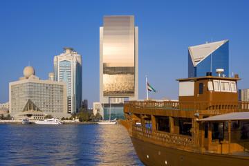 Skyline am Hafen in Dubai mit einer alten Dow