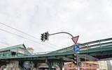 Feu de circulation dans le ciel et métro, Berlin, Allemagne. poster