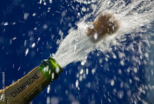 Knallender Korken einer geöffnete Champagner Flasche
