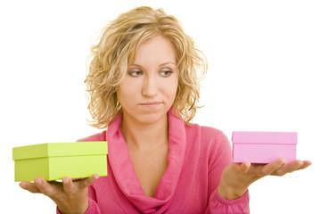 Junge Frau mit rosa Pullover vergleicht zwei Geschenke