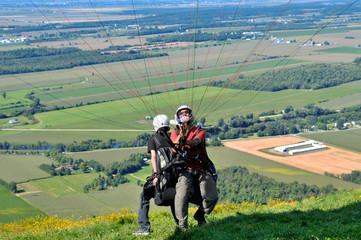 Tandem paragliders ready to take off the hill