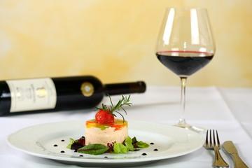 ziegenkäsetörtchen mit salat und rotwein