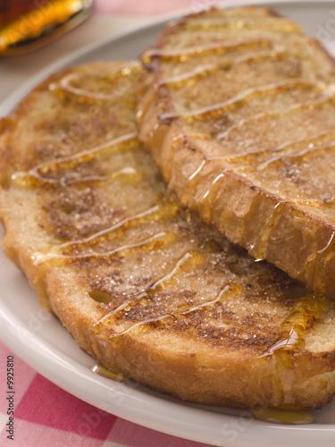 Сладкие французские тосты с теплым персиковым компотом и кленовым...