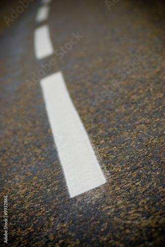 ligne blanche discontinue sur une vieille route en bitume de olivier le moal photo libre de. Black Bedroom Furniture Sets. Home Design Ideas