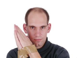 Mann hat Hände mit Klebeband gefesselt.