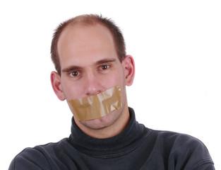 Mann hat Mund mit Klebeband verschlossen.