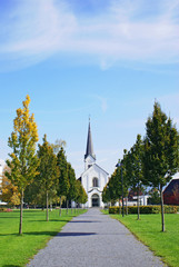 Kirche mit kleiner Allee