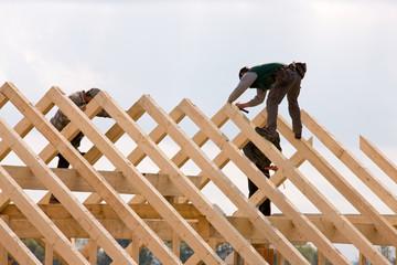 Dachdecker arbeitet auf einem Dachstuhl