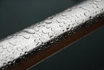 Gotas de lluvia sobre barandilla