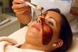 Auftragen einer Schokoladenmaske in Spa und Wellness