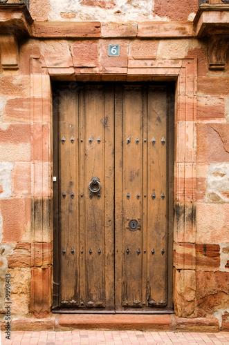 Puerta antigua de madera en ezcaray fotos de archivo e - Puerta antigua de madera ...