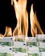 100 Euro Geldscheine stehen in Flammen
