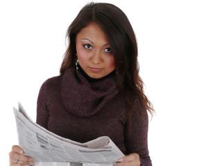 Junge Frau hält Zeitung in der Hand.