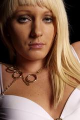 junge blonde sexy Frau mit weißem BH