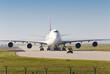 Leinwanddruck Bild - Flugzeug auf Rollbahn