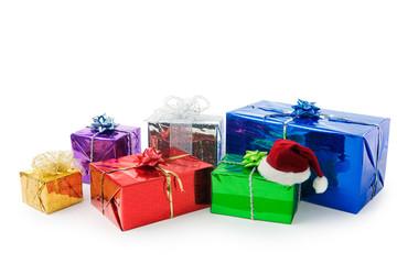 viele bunte geschenke auf weissem hintergrund