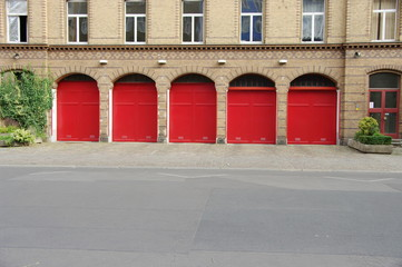 Portes de garages rouges, Caserne de pompiers. Berlin.