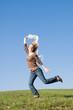 Frau rennt fröhlich über eine Wiese
