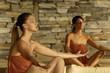 Giovani donne alle terme meditano