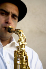 Primer plano de un saxofonista
