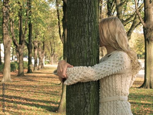 Die Blonde Frau  und der Baum