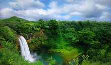 "Постер, картина, фотообои ""Lush Green Landscape Waterfall on the Hawaiian Islands"""