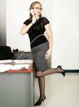 Piękna sekretarka kaukaski pracy w swoim biurze