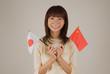 日本と中国の旗を持つ女性