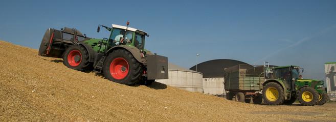 2 Traktoren mit Maishäcksel für Biogasanlage - Panorama-