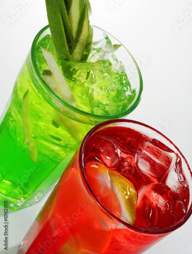 Красный и зеленый алкогольный коктейль.  Высокая вид под углом.