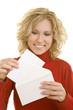 Blonde Frau hält hält einen Brief und einen Briefumschlag
