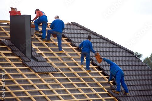 Dachdecker decken das Dach eines Hauses