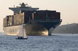 Fototapety Segelschiff kreuzt Container-Riesen