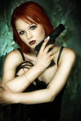 Gothic mit Pistole