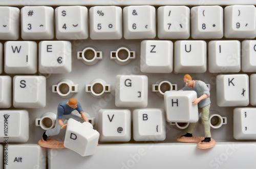zblízka počítačové klávesnice a hračky pracovníků