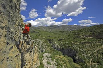 Hombre escalando extremo y fuerza en cielo
